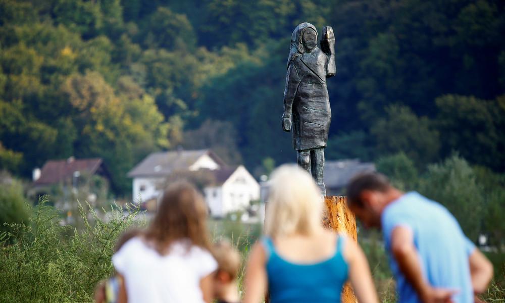 Nun nicht mehr aus Holz: Künstler stellen niedergebrannte Melania-Trump-Statue in Bronze wieder her