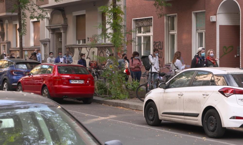 Corona-Test: Massenandrang vor Arztpraxis in Berlin – Anwohner beunruhigt (Video)