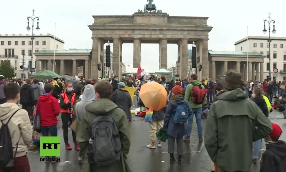 LIVE: Fridays for Future am Brandenburger Tor – Erstmals seit Corona wieder auf der Straße
