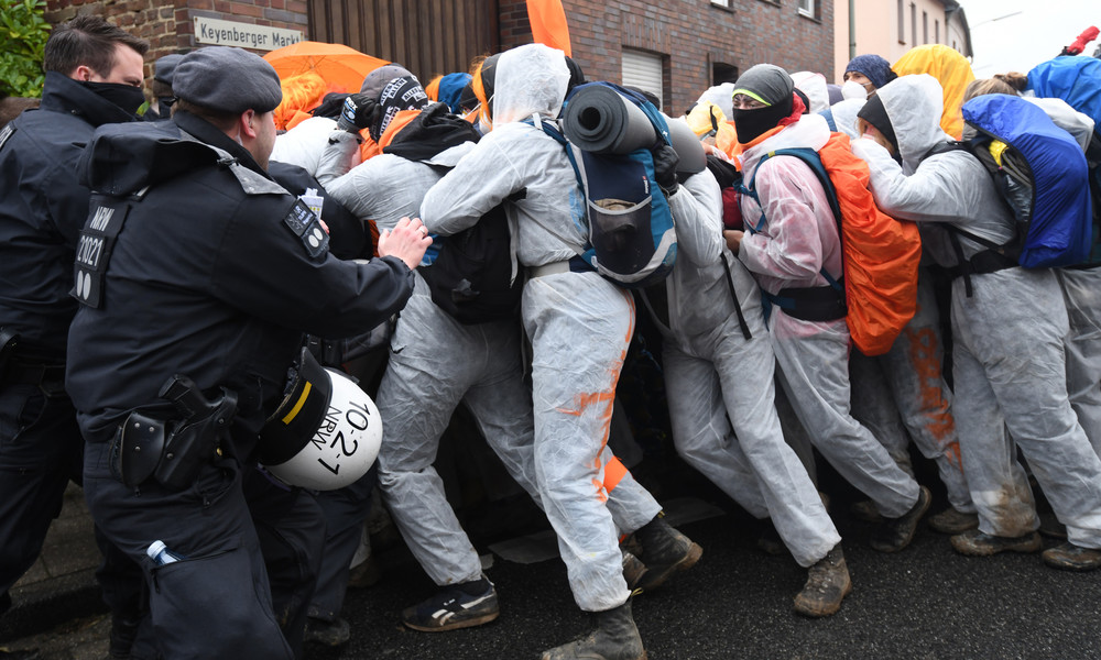 Braunkohle-Proteste in NRW: Kohlebunker besetzt, Zugverkehr beeinträchtigt