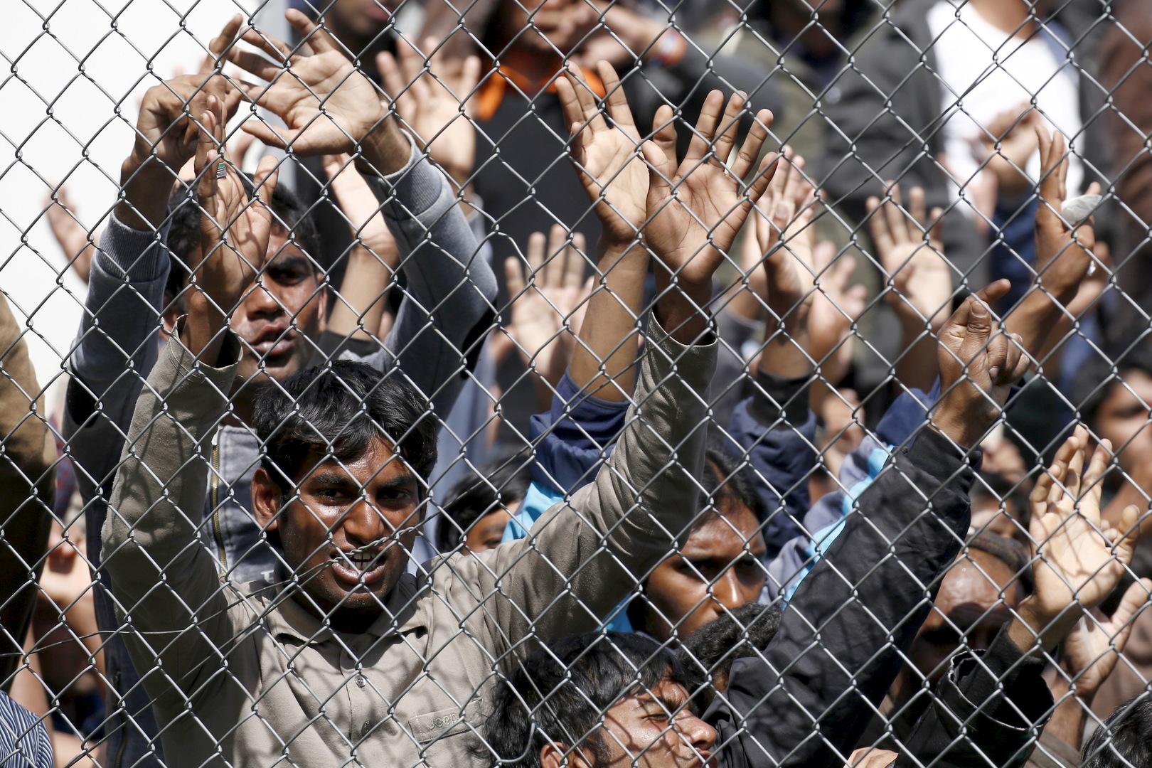 Migranten, die in die Türkei zurückgeschickt werden sollen, demonstrieren innerhalb des Meldezentrums von Moria auf der griechischen Insel Lesbos. 5. April 2016.