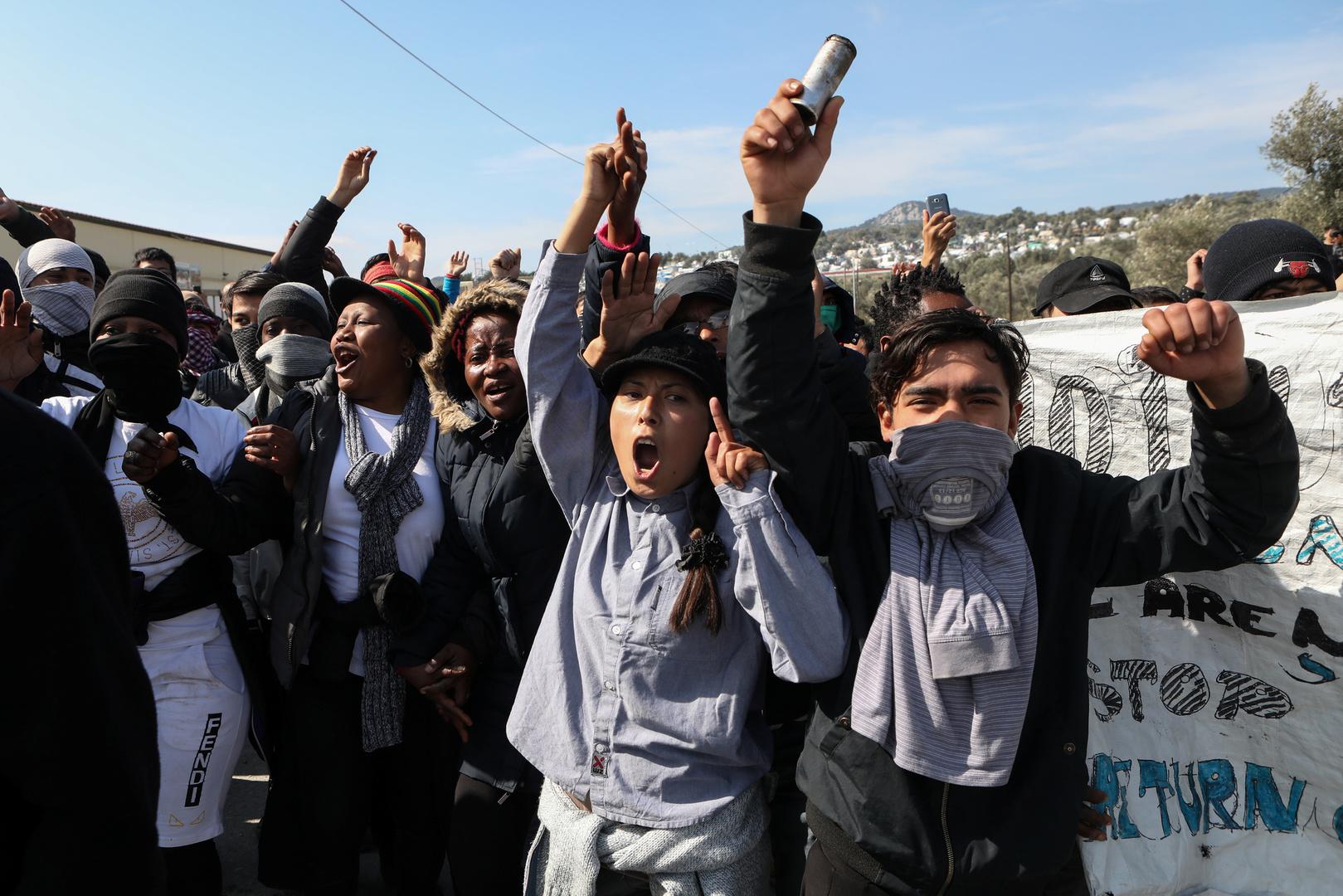 Migranten riefen während einer Demonstration nach Zusammenstößen mit der Bereitschaftspolizei in der Nähe des Flüchtlings- und Migrantenlagers Moria auf der Insel Lesbos in Griechenland Parolen. 2. März 2020.