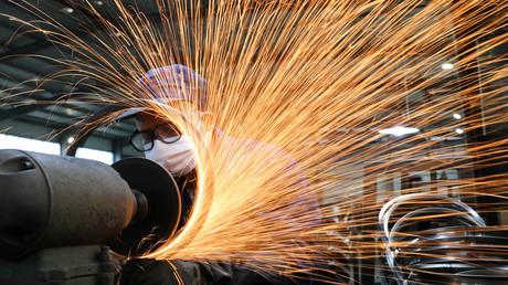 Eine Produktionslinie zur Herstellung von Fahrrad-Stahlfelgen in einer Fabrik in Hangzhou, China