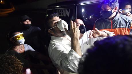 Roberto Marrero, Stabschef des venezolanischen Oppositionsführers Juan Guaido, verlässt mit einer Geste das Hauptquartier des Bolivarianischen Nationalen Nachrichtendienstes (SEBIN).