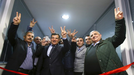 Teilnehmer posieren für ein Foto während der Eröffnungszeremonie eines Repräsentationsbüros für Syrisch-Kurdistan in Moskau, 10. Februar 2016