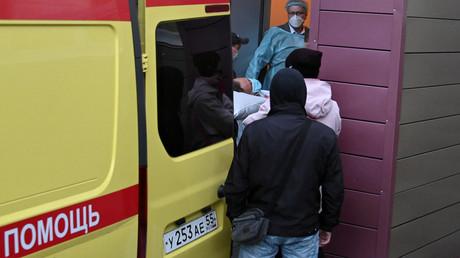 Alexei Nawalny beim Transport zum Flughafen am 22. August im sibirischen Omsk. In der Omsker Klinik wurde der Politiker von der Ersteinlieferung am 20. August bis zu seiner Überführung in die Berliner Charité behandelt.