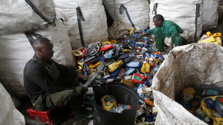 Kenianische Arbeiter sortieren Plastikmüll für die Weiterverarbeitung in der Recyclingfabrik Mr. Green in Nairobi