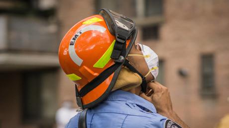 Spektakuläre Rettungsaktion im 16. Stock: Feuerwehrmann sichert Frau ab (Symbolbild)