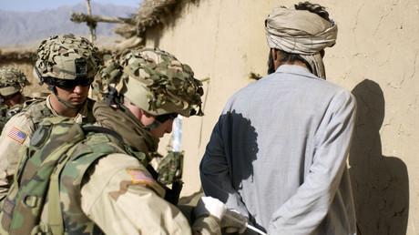 US-Soldaten in Afghanistan nehmen am 2. März 2003 einen mutmaßlichen Taliban fest. Der Internationale Strafgerichtshof in Den Haag will wegen mutmaßlicher Kriegsverbrechen ermitteln. (Archivfoto)