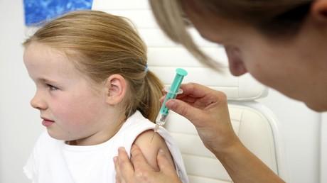 Ein zehnjähriges Mädchen wird geimpft: Bundesgesundheitsminister Jens Spahn rät, möglichst viele Kinder in diesem Herbst gegen Influenza zu impfen.