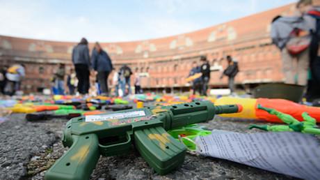 Symbolbild: Spielzeugwaffen werden zur Skulptur für den Frieden. Nürnberg, Deutschland, 18. Oktober 2019