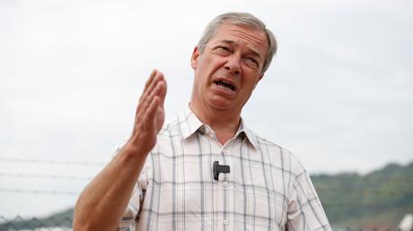 Der Vorsitzende der britischen Brexit-Partei, Nigel Farage, spricht während eines Besuchs im Hafen von Dover am 12. August 2020 in Dover, Großbritannien.