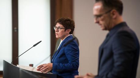 Der deutsche Außenminister Heiko Maas und die Bundesverteidigungsministerin Annegret Kramp-Karrenbauer geben am 2. September in Berlin gemeinsam Erklärungen zum Zustand des russischen Bloggers und Oppositionellen Alexei Nawalny ab.