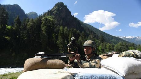 Soldaten der indischen Grenzsicherheitstruppe an einem Kontrollpunkt entlang einer Autobahn nach Ladakh