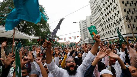 Während einer Protestkundgebung in Karatschi skandierten Menschen Parolen gegen die satirische französische Wochenzeitung Charlie Hebdo, die eine Karikatur des Propheten Mohammed abdruckte.
