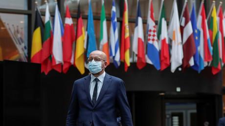 Der Präsident des Europäischen Rates, Charles Michel, kommt nach dem Gespräch im virtuellen Gipfel mit der EU-Kommissionsvorsitzenden Ursula von der Leyen und europäischen Führungen über die Lage in Weißrussland zur Pressekonferenz in Brüssel, 19.08.2020, Foto: Reuters