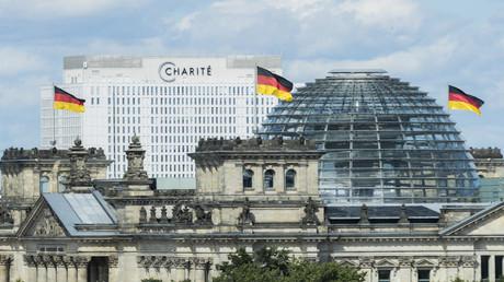 25. August 2020, Berlin: Die Berliner Charité hinter dem Reichstagsgebäude (Symbolbild)