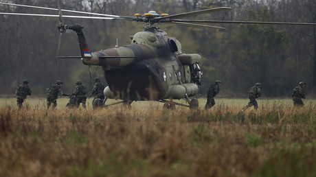Serbische Soldaten steigen während der serbisch-russischen militärischen Trainingsübung