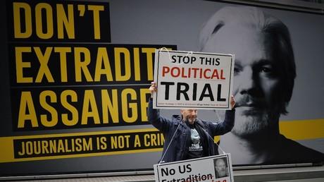 Die Aufnahme zeigt einen Sympathisanten von Julian Assange am 8. September 2020, am zweiten Tag der Wiederaufnahme der Auslieferungsanhörung vor dem Gericht des Old Bailey im Zentrum von London.