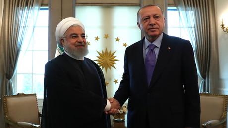 Der türkische Präsident Recep Tayyip Erdoğan (re.) und der iranische Präsident Hassan Rohani (li.) geben sich vor ihrem Treffen im Präsidentenpalast in Ankara die Hand. 16. September 2019. (Archivbild)