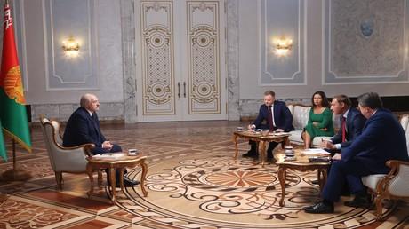 Der weißrussische Präsident Alexander Lukaschenko im Gespräch mit vier russischen TV-Journalisten