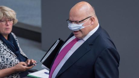 Peter Altmaier, Bundesminister für Wirtschaft und Energie, trägt seine Maske im Bundestag falsch und wird in den sozialen Netzwerken verspottet.