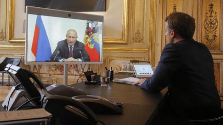 Der französische Präsident Emmanuel Macron spricht bei einer Videokonferenz am 26. Juni 2020 mit dem russischen Präsidenten Wladimir Putin. (Archivbild)