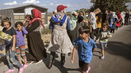 Kinder spielen, während ihre Mütter auf die Ausgabe von Nahrungsmitteln in der Nähe des ausgebrannten Migrantencamps von Moria auf der griechischen Insel Lesbos warten (Bild vom 13. September 2020).