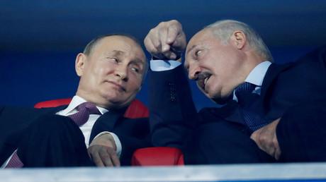 Präsident Russlands Wladimir Putin und Präsident von Belarus Alexander Lukaschenko sprechen auf der Tribüne während der Abschlusszeremonie. (Archivbild)