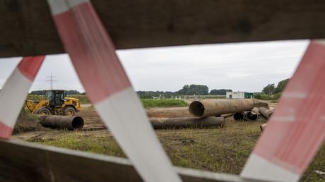 Gasleitungen sind neben einer Eugal / Nord Stream 2-Station entlang der Pipeline in der Nähe des Dorfes Wrangelsburg im Nordosten Deutschlands verstreut zu sehen. 8. September 2020.