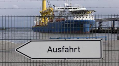 Ein russisches Verlegeschiff für den Bau der Gaspipeline Nord Stream 2 legt im Fährhafen Sassnitz auf Rügen an.