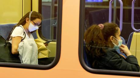 Neues Accessoire in Bus und Bahn seit Corona: die