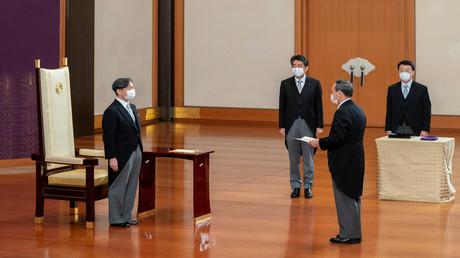 Japans Kaiser Naruhito steht während der Amtsantrittszeremonie vor dem neuen Premierminister Yoshihide Suga, Kaiserpalast in Tokio, 16. September 2020.