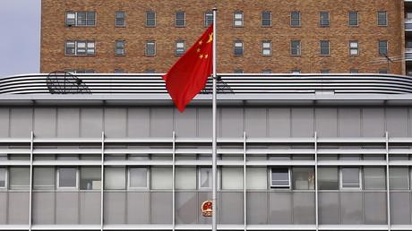 Die chinesische Nationalflagge vor dem chinesischen Konsulat in Sydney, Australien.