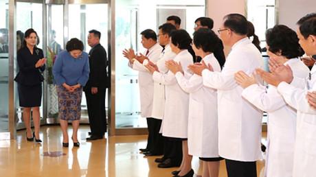 Symbolbild: Die Frau des nordkoreanischen Regierungsführers Kim Jong-un, Ri Sol-Ju, und die Frau des südkoreanischen Präsidenten Moon Jae-in, Kim Jung-Sook, im Kinderkrankenhaus von Pjöngjang, Nordkorea, 18. September 2018.