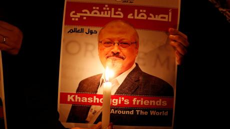 Ein Demonstrant hält ein Plakat mit dem Bild des saudischen Journalisten Jamal Khashoggi vor dem saudi-arabischen Konsulat in Istanbul am 25. Oktober 2018.