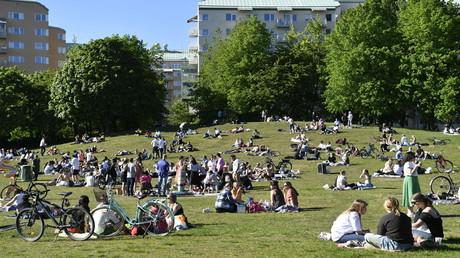 Menschen sitzen am 30. Mai 2020 auf einer Wiese und genießen das warme Wetter in Stockholm.