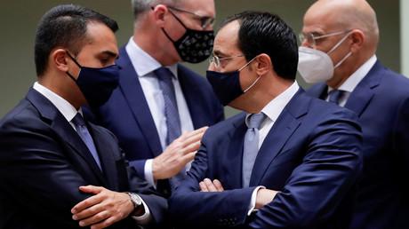 Der italienische Außenminister Luigi Di Maio und sein zypriotischer Amtskollege Nikos Christodoulides unterhalten sich während eines Treffens der Außenminister in Brüssel, Belgien. 21. September 2020.