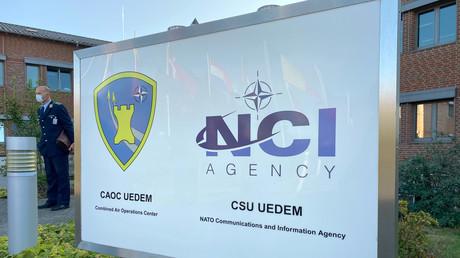 Eingangsschild am neuen Weltraumoperationszentrum in Uedem