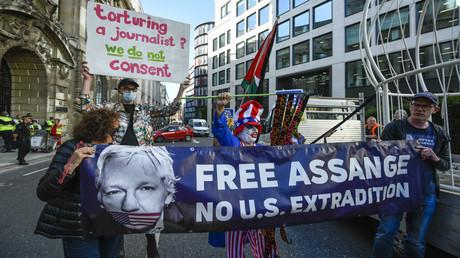 Protestierende Menschen vor dem Gerichtsgebäude, in dem der aktuelle Prozess um den Journalisten und WikiLeaks-Gründer Julian Assange stattfindet