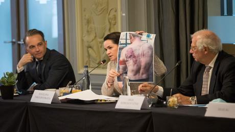 Beim Frühstück mit EU-Außenminister zeigte Swetlana Tichanowskaja die Fotos der Opfer von Polizeigewalt. Links: Bundesaußenminister Heiko Maas; rechts: Der hohe Vertreter der EU für Außen- und Sicherheitspolitik Josep Borrell