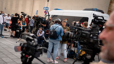Archivbild: Vor der Charité drängen sich Journalisten in Erwartung der Einlieferung von Alexei Nawalny (22. August 2020).