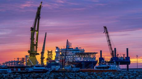 Vor US-Druck eingeknickt: IGP&I verweigert Schiffen Versicherung wegen Beteiligung an Nord Stream 2 (Symbolbild: Vorbereitungen für den Weiterenbau der Nord Stream 2-Pipeline.)