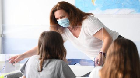 Eine Lehrerin in einem Privatgymnasium in Hessen trägt im Unterricht Mund-Nasen-Schutz.