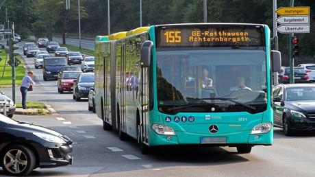 Ein Linienbus unterwegs auf seiner Route durch die Stadt Essen in Nordrhein-Westfalen: Am kommenden Dienstag wird es bundesweit zu Arbeitsniederlegungen im öffentlichen Nahverkehr kommen. Laut Verdi sei bundesweit mit massiven Beeinträchtigungen im Nahverkehr zu rechnen.