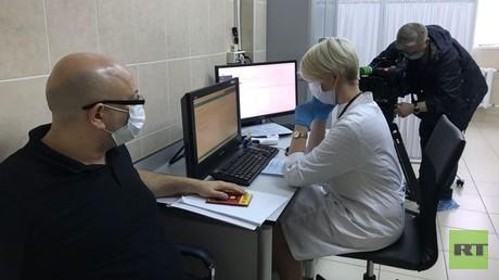 """Ausländische RT-Mitarbeiter melden sich für Tests des Corona-Impfstoffs """"Sputnik V"""" an"""