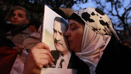 Eine jordanische Demonstrantin küsst während der Massenproteste gegen den Präsidenten Husni Mubarak in Ägypten das Bild des einstigen ägyptischen Präsidenten Gamal Abdel Nasser vor der ägyptischen Botschaft in Jordanien. Gamal Abdel Nasser regierte Ägypten von 1954 bis 1970 als Präsident.