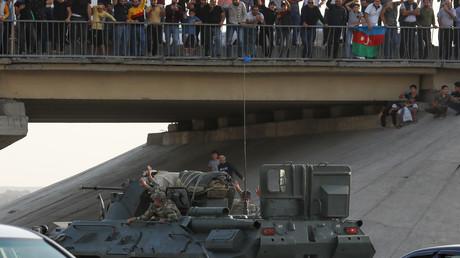 In Baku, Aserbaidschan, werden aserbaidschanische Armeeangehörige in Militärfahrzeugen begrüßt. 27. September 2020