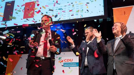 Landeshauptstadt nun wieder in CDU-Hand: Stephan Keller (l.), CDU-Kandidat für das Amt des Oberbürgermeisters in Düsseldorf, und NRW-Ministerpräsident Armin Laschet (r.) stehen nach Bekanntwerden der Resultate im Konfettiregen bei der CDU-Wahlparty.