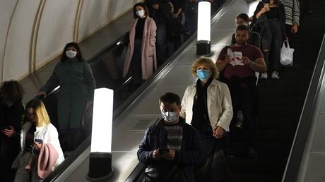 Menschen auf einer Rolltreppe in der Moskauer Metro.